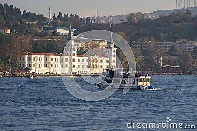 Fartyg nära Kuleli den militära högstadiet, Istanbul