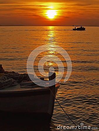 Fartyg som fiskar susnet
