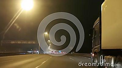 Fase de conducción en la A2 cerca de Nieuwegein, Utrecht durante la noche, carretera en los Países Bajos, 20 de noviembre de 2019 metrajes