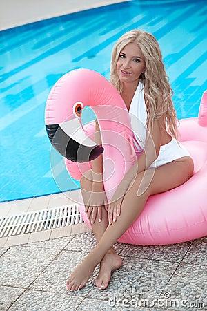 Free Fashion Blond Model Woman In White Bikini Posing On Pink In Royalty Free Stock Photos - 125911928