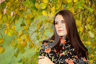 Fashion young girl in an autumn park