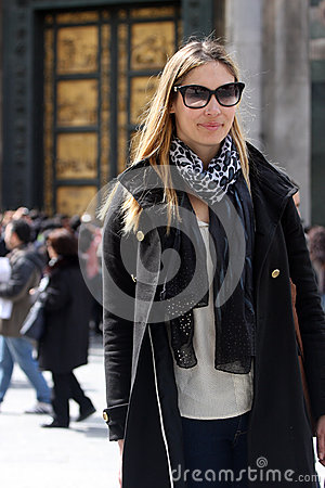 Free Fashionable Woman With Coat, Bag, Scarf And Sunglasses Royalty Free Stock Images - 30397309