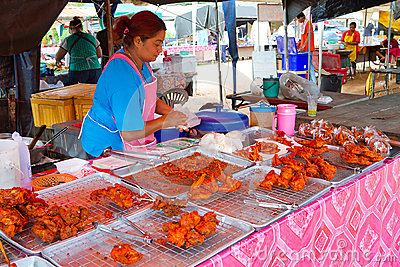 Fast food no mercado em Khao Lak Fotografia Editorial