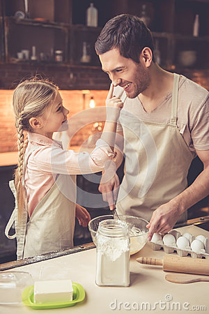 Free Father And Daughter Baking Royalty Free Stock Photos - 84183358