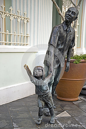 Free Father And Kid Statue In Front Of The Peranakan Museum, Singapore Royalty Free Stock Images - 42419239