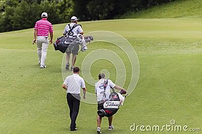 Favorables caddies de los jugadores de golf Imagen de archivo editorial