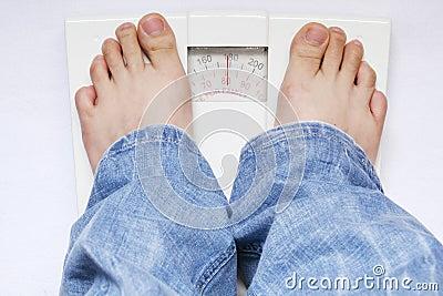 Füße auf Gewichtskala