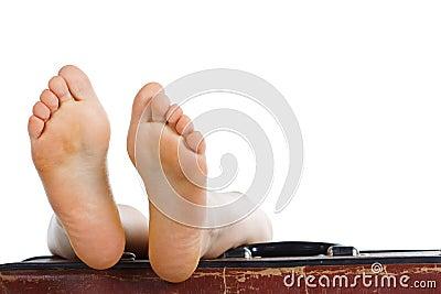 Füße oben auf Koffer