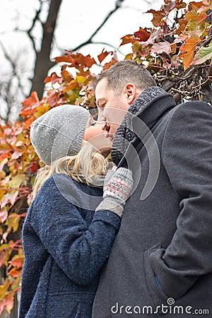 Fecha. Besos de la mujer joven y del hombre al aire libre