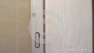 Fechamento do nível de bolhas na parede vertical com espaço livre e espaço de cópia filme