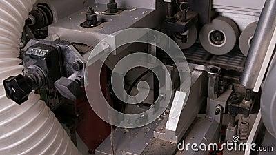 Fechamento do verso da máquina de arestas Colagem automática, aparas de bordos castanhos de pvc e chamferes em mobiliário p filme