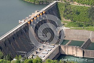 Feche acima da imagem de uma represa da barreira de água