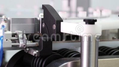 Feche acima da maquinaria automatizada para partes superiores apropriadas aos recipientes filme