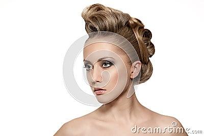 Feche acima da mulher loura com penteado da forma