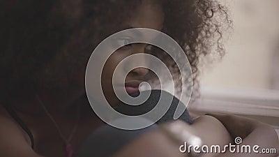 Feche acima da mulher negra bonita nova que sente muito triste Menina lindo no desespero
