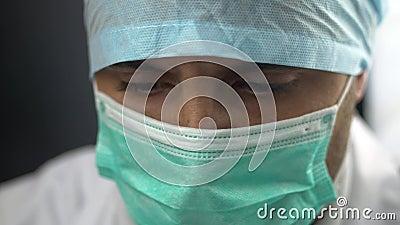 Feche acima da sala de hospital da operação cirúrgica do doutor Face Against Germs da tampa da máscara filme