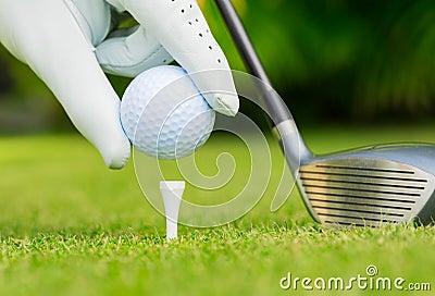 Feche acima da vista da bola de golfe no T