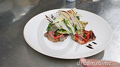 Feche acima da vista de uma salada servida deliciosa na tabela Estilo de vida saudável, sendo um gourmet Movimento lento, câmera vídeos de arquivo