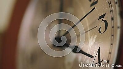Feche acima de uma face do relógio de parede vídeos de arquivo