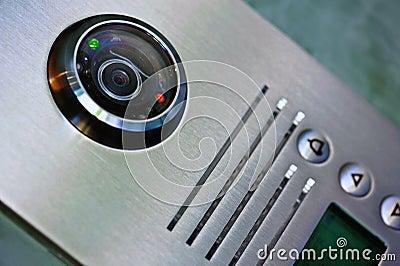 Feche acima do intercomunicador video na entrada de uma casa