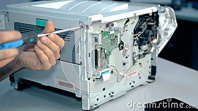 Feche acima do material eletrônico dos reparos do trabalhador do tiro
