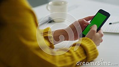 Feche as mãos das mulheres, enviando sms em tela verde, em câmera lenta vídeos de arquivo