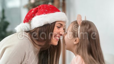 Feche a excitada e feliz mamãe e uma criança engraçada relaxando juntos divertindo-se na decoração de Natal vídeos de arquivo
