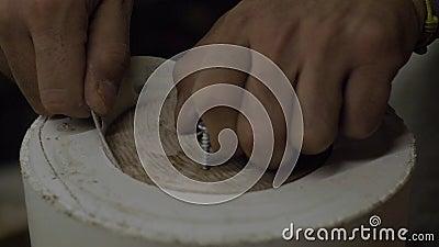 Fecho da mão de uma panela moendo um molde hipostático com papel em branco de madeira e lixando vídeo 4k moções lentas 23. 98. filme