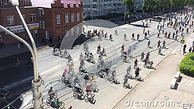 Federação Russa, Respublic de Bashkortostan, Ufa Em maio de 2019 O lote dos ciclistas monta a bicicleta de ciclagem, parada da bi vídeos de arquivo