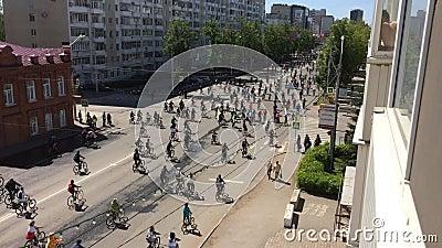 Federação Russa, Respublic de Bashkortostan, Ufa Em maio de 2019 O lote dos ciclistas monta a bicicleta de ciclagem, parada da bi video estoque