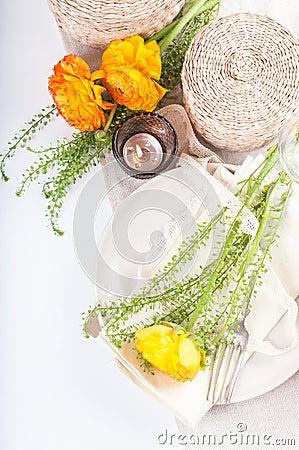 Feestelijke lijst die met bloemen plaatst