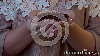 Feijões de café de cheiro - uma jovem mulher coloca-os em suas mãos video estoque