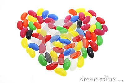 Feijões de geléia arranjados na forma do coração do amor
