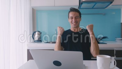 Felice uomo entusiasta di vincere online guardando lo schermo del portatile Ricevute buone notizie emozionate e felici Lavori fre video d archivio