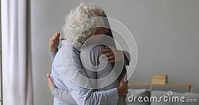 Felices familias de dos generaciones abrazando el saludo en condiciones de servidumbre metrajes
