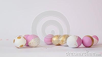 Feliz concepto de Pascua Concepto mínimo con un patrón rosa dorado de huevo de diferente tamaño yace en un fondo gris con copia almacen de video