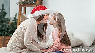 Feliz família mãe e filha fofa sorrindo tocando nariz comovendo feriado de Natal vídeos de arquivo