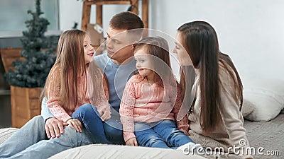 Feliz família a sorrir juntos no fundo da árvore de Natal a ter emoção positiva filme