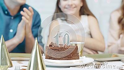 Feliz familia celebrando la fiesta de aniversario de los 10 años. Retrato de la niña de cumpleaños almacen de video