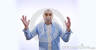 Feliz hombre maduro bailando, mostrando gesto de victoria, logró resultados, goles Sorprendido hombre emocionado sobre blanco almacen de video