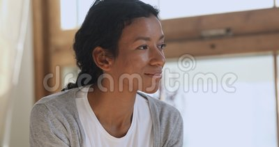 Feliz mulher africana que está sonhando pensando no futuro em casa vídeos de arquivo