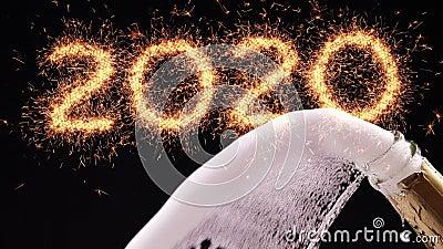 Feliz nuevo año 2020 concepto Apertura de una botella de champán almacen de video