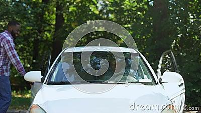 Feliz pai dando chave para o filho, permissão para dirigir, confiança de pais, família filme