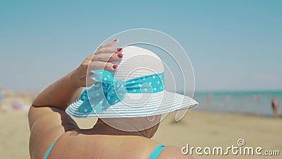 Feliz sênior de chapéu de sol na praia de verão Idade, lazer e conceito de pessoas Vista traseira filme