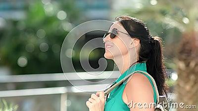 Feliz viajante fêmea com mochila admirando a natureza no dia ensolarado tendo emoção positiva de perto vídeos de arquivo