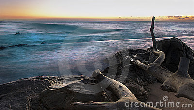 Felsiger Küste-Sonnenaufgang mit langer Berührung