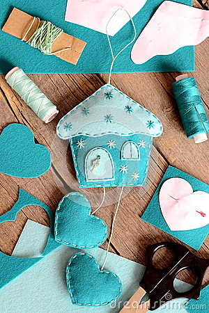 Free Felt House With Hearts Ornament, Tools And Materials For Hand Making Felt Crafts, Paper Patterns On Wooden Table Royalty Free Stock Photography - 82481177