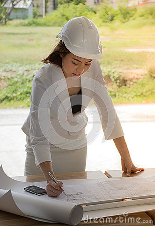 Free Female Construction Site Engineer/Young Engineers Are Checking The Plan. Stock Photos - 95570523
