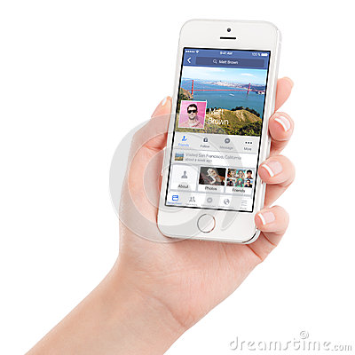 Free Female Hand Holding White Apple IPhone 5s With Facebook App Royalty Free Stock Photos - 57058888
