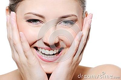 Femelle heureuse de beauté avec le visage propre